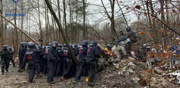 Pyrotechnik und neue Barrikaden: Wasserwerfer im Einsatz