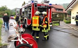 Schwelbrand nach Blitzeinschlag - Feuerwehren vor Ort