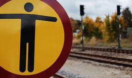 Mann zwingt Zug zur Schnellbremsung - verbotswidrig die Gleise überquert