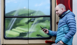 Aus grauen Kästen werden bunte Fenster - Verschönerungsaktion der BID