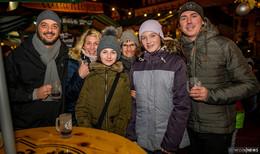 Weihnachtsmarkt lockt trotz milden Temperaturen - viel Betrieb am Sonntag