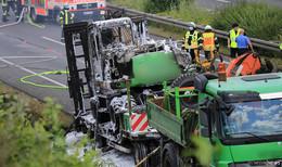 Bagger auf Tieflader in Vollbrand: Feuerwehr auf der A 4 im Einsatz
