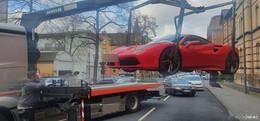 Unfall: Transporterfahrer übersieht Ferrari in der Lindenstraße