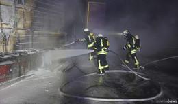 Sattelauflieger mit Holz fängt an der A7-Abfahrt Feuer