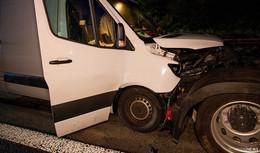 Unfall in der Nacht: Sprinter kracht auf Lkw