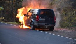 Fahrzeug brennt auf der L3069 bei Hönebach - Feuerwehr im Einsatz