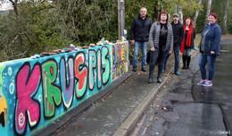 Kunst aus der Dose: Dorfgemeinschaft macht Betonmauer mit Graffiti lebendig