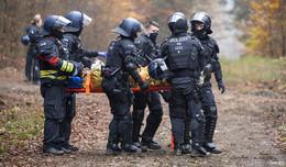 Baumaschine besetzt und abgerutscht: A49-Gegner verletzt sich schwer