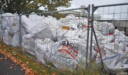 Krebserregend: Säcke mit Alt-Asbest verunsichern Anwohner und Schüler