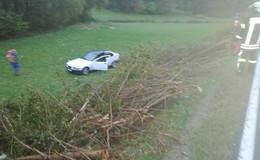 BMW kommt von Fahrbahn ab und überschlägt sich - Zwei Leichtverletzte