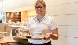 Mit strahlendem Lächeln hinter der Theke: Julia Massak (19) liebt ihren Job