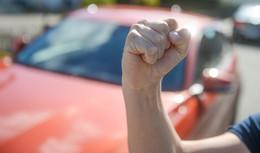 Wegen Bargeld: Drei Jugendliche schlagen und treten auf Jungen ein