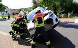 Audi prallt gegen zwei parkende Autos - Fahrerin verletzt