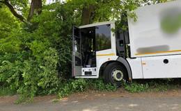Unfall im Stadtteil Neuenberg: Mülllaster kracht in Baum