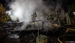 Gartenhütte in Brand: Hund und Herrchen entkommen den Flammen