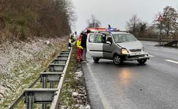 Unfall auf der B27: Fahrer will ausweichen und kracht in Leitplanke