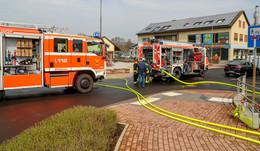 Feuer in unbewohnter Wohnung im Zollweg - Einsatzkräfte vor Ort