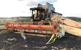 Mähdrescher fängt auf Getreidefeld Feuer - Ausbreitung verhindert