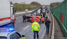 Ford Ka rammt LKW auf dem Beschleunigungsstreifen
