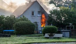 Vollbrand! Einfamilienhaus steht in Flammen - Über 60 Kräfte vor Ort
