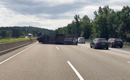 Autotransporter kippt um: Kontrolle über Fahrzeug verloren