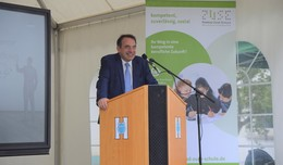 Kultusminister Lorz an der Konrad-Zuse-Schule: Unterricht medial bereichern