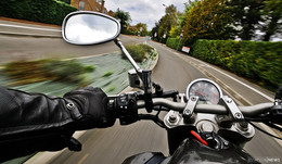 21-jähriger Motorradfahrer stürzt: schwerverletzt ins Krankenhaus