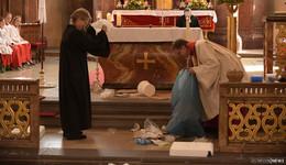 Müll im Altarraum oder: Ein Pfingstgottesdienst der etwas anderen Art
