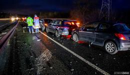 Trümmerfeld nach Crash auf A66: sieben Autos beteiligt