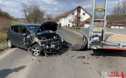 Crash: Frau knallt mit Pkw gegen abgestellten Lkw-Anhänger