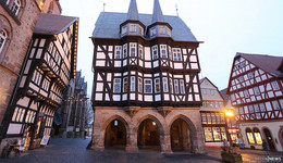 Unfassbar! Mehrere Rathausfenster in Alsfeld mit Steinen eingeschlagen