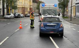 Lkw fährt auf Kleinwagen auf - Eine Person leicht verletzt