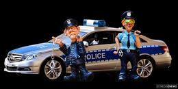 Die Polizei - dein Freund und Helfer: Beamte bergen Handy aus Mülltonne