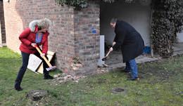 Bürgermeister Tschesnok und Ortsvorsteherin Biedenbach beim Baustart