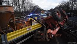 Baufahrzeug fällt vom Anhänger: Schwerer Unfall auf der B 27