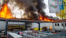 Flammeninferno hält Feuerwehr in Atem - Bahnstrecke weiterhin gesperrt