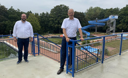 Bürgermeister Kübel und MdB Brand:Rettungsanker für beliebtes Schwimmbad