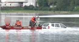 Abkürzung: Junger Mann landet im Hochwasser - Rettung im Feuerwehrboot
