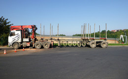 Holztransporter Weiterfahrt untersagt - Ölverlust und weitere eklatante Mängel