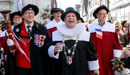 Lolls-Festzug begeistert Besuchermassen – Bilderserie (1)
