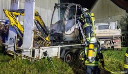 Minibagger brennt neben Scheune - Ursache noch unklar