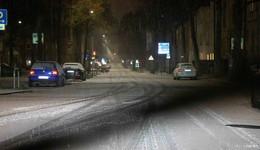 Schnee bringt Verkehr teils zum Erliegen: Autos hängen fest, Straßen gesperrt