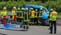 Erneut schwerer Unfall auf der A 7: Sprinter kracht gegen Lkw