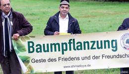 Ahmadiyya Gemeinde pflanzt Friedensbaum im Grünen Dreieck