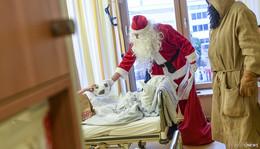 Weihnachtsmann und Knecht Ruprecht auf Spontan-Besuch in der Kinderklinik