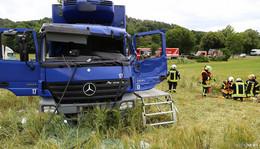 Lkw-Fahrer schwer verletzt: Wiese verhindert Schlimmeres