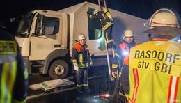 Lkw-Reifen brennt - Einsatz unter erschwerten Bedingungen
