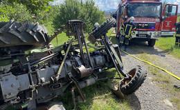 Traktor umgekippt: Fahrer entfernt sich unerlaubt vom Unfallort
