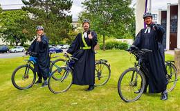 Mit Talar und Fahrradhelm: Fahrrad-Sternfahrt zum Open Air Gottesdienst