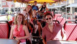 Musik-Bus rollt durch die Domstadt - beste Unterhaltung bei Kaiserwetter